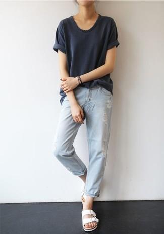 Come indossare: t-shirt girocollo grigio scuro, jeans boyfriend strappati azzurri, sandali piatti in pelle bianchi