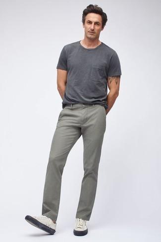 Trend da uomo quando fa molto caldo: Abbina una t-shirt girocollo grigio scuro con jeans grigi per un look raffinato per il tempo libero. Ispirati all'eleganza di Luca Argentero e completa il tuo look con un paio di sneakers basse in pelle bianche.