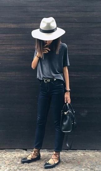 Come indossare: t-shirt girocollo grigio scuro, jeans aderenti blu scuro, ballerine in pelle nere, borsa shopping in pelle nera
