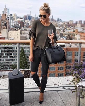 Come indossare: t-shirt girocollo grigio scuro, jeans aderenti strappati neri, décolleté in pelle neri, borsa shopping in pelle nera