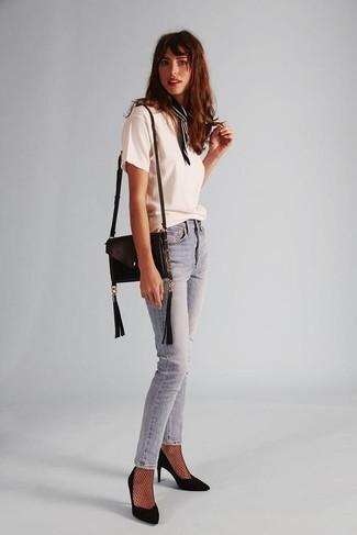 Come indossare: t-shirt girocollo bianca, jeans aderenti azzurri, décolleté in pelle scamosciata neri, borsa a tracolla in pelle nera
