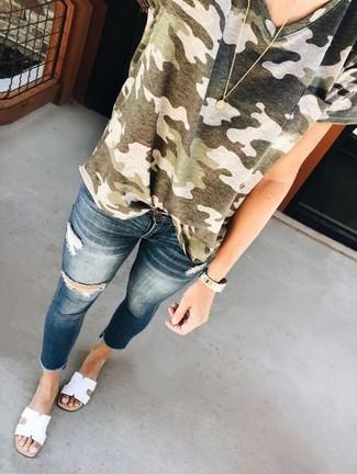 Come indossare: t-shirt girocollo mimetica verde oliva, jeans aderenti strappati blu scuro, sandali piatti in pelle bianchi, collana con ciondolo dorata