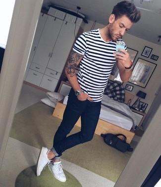 Come indossare e abbinare scarpe da ginnastica di tela bianche: Prova ad abbinare una t-shirt girocollo a righe orizzontali bianca e nera con jeans aderenti blu scuro per un look comfy-casual. Scegli uno stile classico per le calzature e opta per un paio di scarpe da ginnastica di tela bianche.