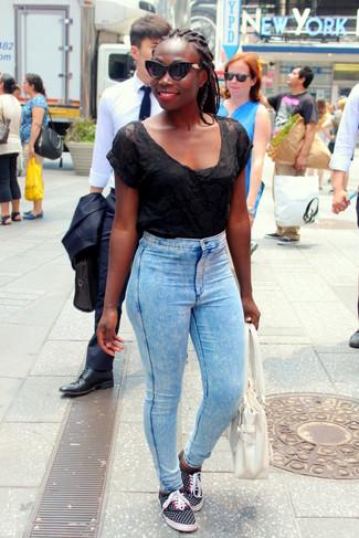 Come indossare: t-shirt girocollo in rete nera, jeans aderenti azzurri, sneakers basse a pois nere, borsa shopping in pelle bianca