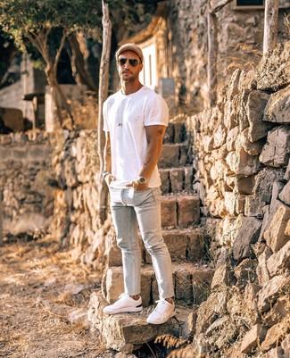 Come indossare e abbinare: t-shirt girocollo bianca, jeans aderenti azzurri, sneakers basse bianche, berretto da baseball marrone chiaro