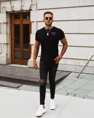 Come indossare e abbinare: t-shirt girocollo stampata nera e bianca, jeans aderenti strappati neri, sneakers basse in pelle bianche e nere, occhiali da sole neri