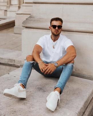 Come indossare e abbinare: t-shirt girocollo bianca, jeans aderenti strappati blu, sneakers basse in pelle bianche, occhiali da sole neri