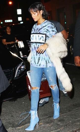 Come indossare: t-shirt girocollo effetto tie-dye azzurra, jeans aderenti strappati azzurri, stivaletti con lacci in pelle azzurri, cartella in pelle argento