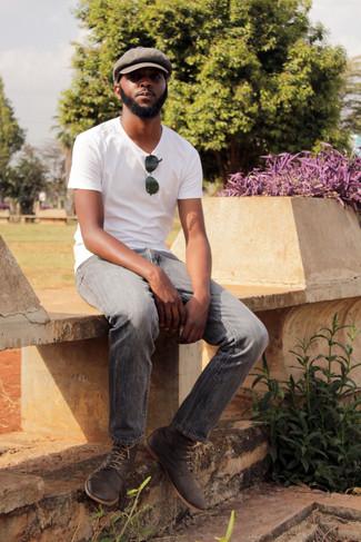 Come indossare: t-shirt girocollo bianca, jeans grigi, chukka in pelle scamosciata grigio scuro, coppola marrone
