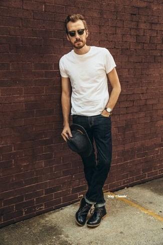 Come indossare e abbinare un borsalino di lana grigio scuro: Potresti indossare una t-shirt girocollo bianca e un borsalino di lana grigio scuro per un'atmosfera casual-cool. Calza un paio di chukka in pelle nere per un tocco virile.