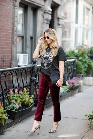 Come indossare e abbinare: t-shirt girocollo stampata grigio scuro, jeans di velluto bordeaux, décolleté in pelle con stampa serpente grigi, pochette in pelle nera