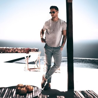 Come indossare e abbinare: t-shirt girocollo grigia, jeans azzurri, scarpe derby in pelle scamosciata marroni, occhiali da sole neri