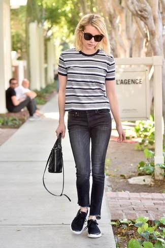 Come indossare: t-shirt girocollo a righe orizzontali bianca e nera, jeans neri, scarpe sportive nere, borsa a mano in pelle nera