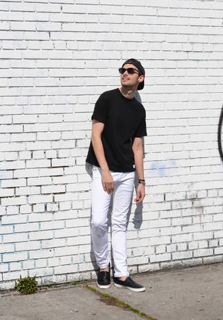 Come indossare: t-shirt girocollo nera, jeans bianchi, sneakers senza lacci in pelle nere, berretto da baseball grigio scuro