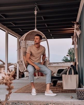 Trend da uomo 2020 in estate 2021: Metti una t-shirt girocollo marrone chiaro e chino di lino grigi per un outfit comodo ma studiato con cura. Completa questo look con un paio di sneakers basse di tela beige. Un outfit stupendo per essere cool e trendy anche durante la stagione calda.