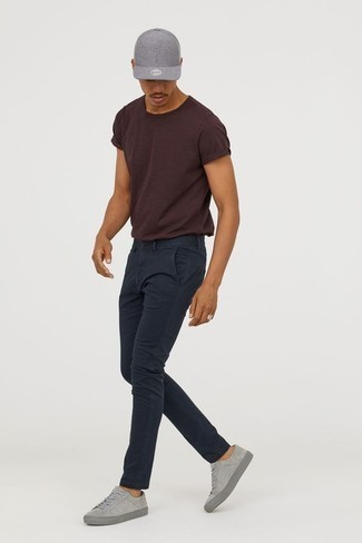 Come indossare e abbinare sneakers basse in pelle scamosciata grigie: Opta per una t-shirt girocollo marrone scuro e chino blu scuro per vestirti casual. Sneakers basse in pelle scamosciata grigie sono una valida scelta per completare il look.