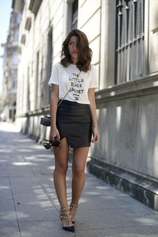 Metti una t-shirt girocollo stampata bianca e nera e una minigonna in pelle nera per un outfit inaspettato. Un paio di décolleté in pelle con borchie neri darà un tocco di forza e virilità a ogni completo.