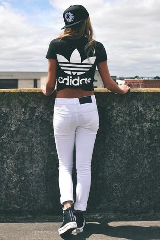 Come indossare: t-shirt girocollo stampata nera e bianca, jeans aderenti bianchi, sneakers alte nere e bianche, berretto da baseball stampato nero e bianco