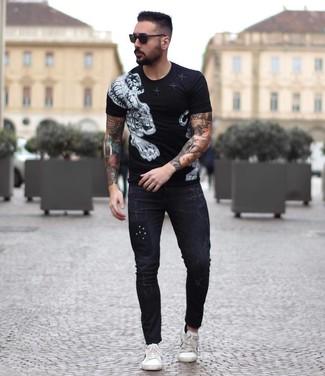 Come indossare e abbinare: t-shirt girocollo stampata nera e bianca, jeans aderenti neri, sneakers basse in pelle bianche, occhiali da sole neri