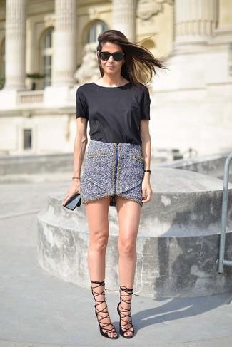 Trend da donna 2020: Opta per una t-shirt girocollo nera e una minigonna di tweed blu per essere casual. Sandali con tacco in pelle neri sono una interessante scelta per completare il look.