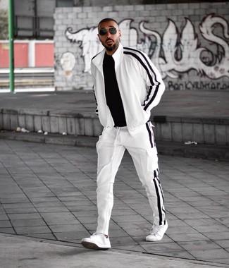 Come indossare e abbinare una tuta sportiva bianca: Prova ad abbinare una tuta sportiva bianca con una t-shirt girocollo nera per un look comfy-casual. Mostra il tuo gusto per le calzature di alta classe con un paio di sneakers basse in pelle bianche.
