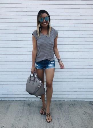 Come indossare e abbinare: t-shirt girocollo a righe orizzontali bianca e nera, pantaloncini di jeans strappati blu, infradito in pelle marroni, cartella in pelle grigia
