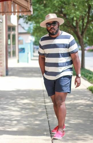 Come indossare e abbinare: t-shirt girocollo a righe orizzontali bianca e blu scuro, pantaloncini blu scuro, mocassini eleganti in pelle fucsia, borsalino di lana rosa