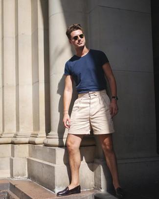 Come indossare e abbinare: t-shirt girocollo blu scuro, pantaloncini beige, mocassini eleganti in pelle marrone scuro, occhiali da sole verde oliva