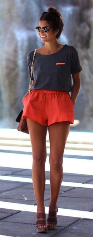 Come indossare: t-shirt girocollo grigio scuro, pantaloncini rossi, sandali con zeppa in pelle marroni, borsa a tracolla in pelle marrone