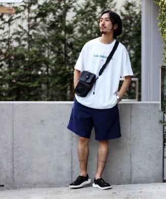 Come indossare e abbinare pantaloncini blu scuro: Metti una t-shirt girocollo stampata bianca e pantaloncini blu scuro per un outfit rilassato ma alla moda. Opta per un paio di sandali di tela neri e bianchi per un tocco più rilassato.