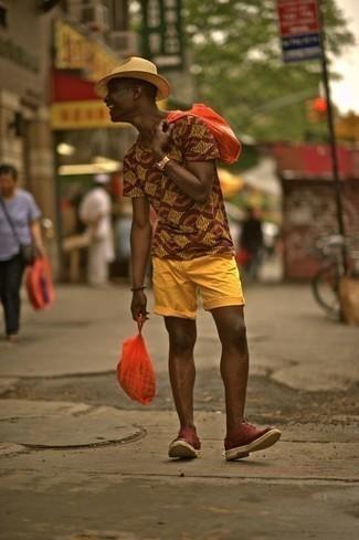 Come indossare e abbinare scarpe oxford in pelle scamosciata bordeaux: Per un outfit della massima comodità, abbina una t-shirt girocollo stampata marrone chiaro con pantaloncini senapi. Scegli uno stile classico per le calzature e mettiti un paio di scarpe oxford in pelle scamosciata bordeaux.