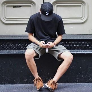 Trend da uomo 2020 in modo rilassato: Per creare un adatto a un pranzo con gli amici nel weekend scegli una t-shirt girocollo blu scuro e pantaloncini grigi. Mettiti un paio di scarpe sportive marroni per avere un aspetto più rilassato.