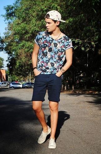 Come indossare e abbinare: t-shirt girocollo stampata blu, pantaloncini blu scuro, sneakers basse beige, berretto da baseball stampato bianco
