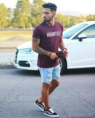 Come indossare e abbinare: t-shirt girocollo stampata bordeaux, pantaloncini di jeans strappati azzurri, sneakers basse nere, berretto da baseball bordeaux