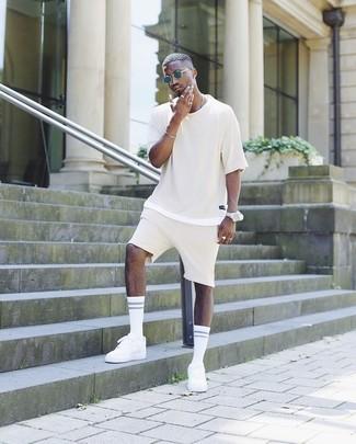 Come indossare e abbinare: t-shirt girocollo beige, pantaloncini beige, sneakers basse bianche, occhiali da sole blu scuro