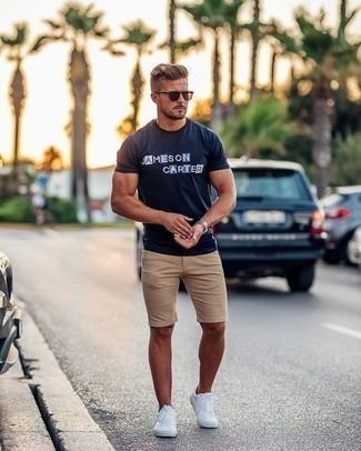 Come indossare e abbinare pantaloncini marrone chiaro: Opta per una t-shirt girocollo stampata blu scuro e pantaloncini marrone chiaro per un look perfetto per il weekend. Sneakers basse di tela bianche sono una buona scelta per completare il look.