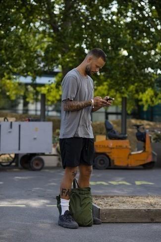 Trend da uomo 2020 in modo rilassato: Coniuga una t-shirt girocollo grigia con pantaloncini sportivi neri per un outfit rilassato ma alla moda. Scarpe sportive grigio scuro sono una splendida scelta per completare il look.