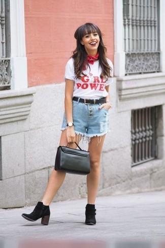 Come indossare: t-shirt girocollo stampata bianca e rossa, pantaloncini di jeans azzurri, stivaletti in pelle scamosciata neri, cartella in pelle nera