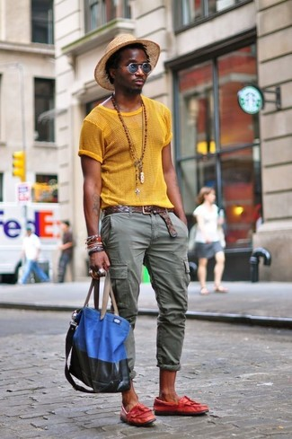 Come indossare: t-shirt girocollo in rete gialla, pantaloni cargo verde oliva, mocassini con nappine in pelle rossi, borsa shopping di tela blu