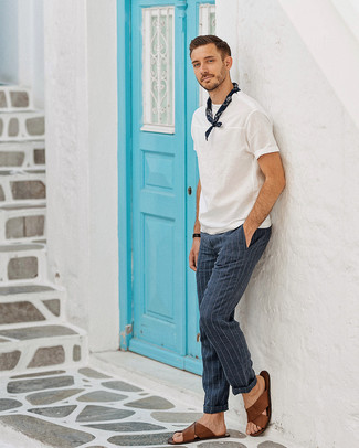 Come indossare: t-shirt girocollo bianca, pantaloni eleganti a righe verticali blu scuro, sandali in pelle marroni, bandana blu scuro