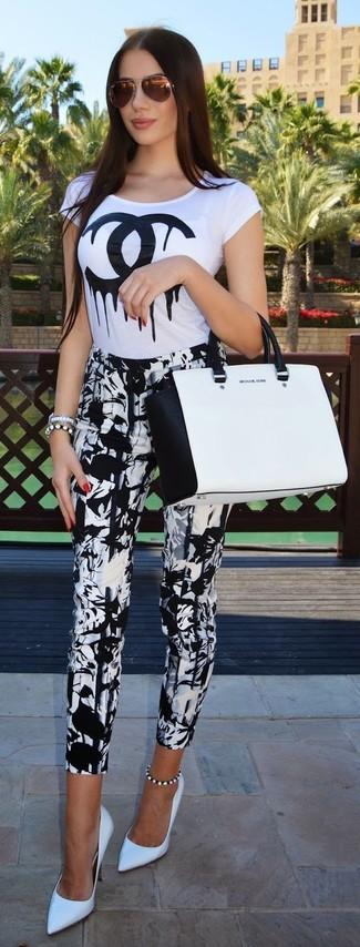 Come indossare: t-shirt girocollo stampata bianca e nera, pantaloni skinny stampati bianchi e neri, décolleté in pelle bianchi, borsa shopping in pelle bianca e nera