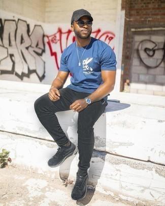 Trend da uomo 2020: Vestiti con una t-shirt girocollo stampata blu e pantaloni sportivi neri per una sensazione di semplicità e spensieratezza. Scarpe sportive nere sono una buona scelta per completare il look.