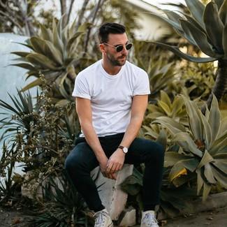 Come indossare e abbinare: t-shirt girocollo bianca, pantaloni sportivi neri, sneakers alte di tela bianche, occhiali da sole neri
