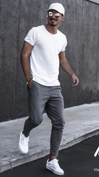 Come indossare e abbinare: t-shirt girocollo bianca, pantaloni sportivi grigi, sneakers basse di tela bianche, berretto da baseball nero