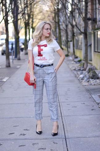 Come indossare: t-shirt girocollo stampata bianca e rossa, pantaloni stretti in fondo a quadri grigi, décolleté in pelle neri, borsa a tracolla in pelle rossa