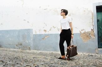 Come indossare e abbinare: t-shirt girocollo bianca, pantaloni stretti in fondo neri, sandali piatti in pelle marrone scuro, borsa shopping in pelle stampata marrone scuro