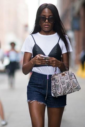 Come indossare e abbinare: t-shirt girocollo stampata bianca e nera, pantaloncini di jeans blu scuro, borsa shopping in pelle con stampa serpente grigia