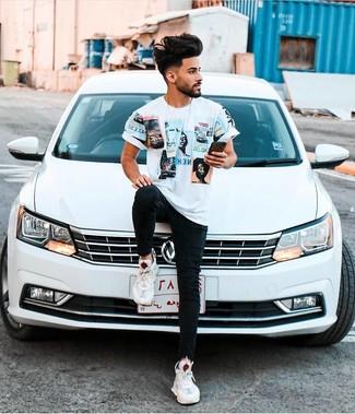 Moda ragazzo adolescente: Prova a combinare una t-shirt girocollo stampata bianca con jeans aderenti neri per un look perfetto per il weekend. Questo outfit si abbina perfettamente a un paio di scarpe sportive bianche.