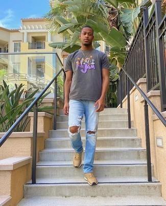 Trend da uomo 2020 in modo rilassato: Indossa una t-shirt girocollo stampata grigia e jeans strappati azzurri per un'atmosfera casual-cool. Scarpe sportive marrone chiaro sono una validissima scelta per completare il look.