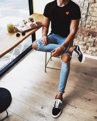 Come indossare e abbinare: t-shirt girocollo stampata nera, jeans aderenti strappati blu, sneakers basse nere e bianche